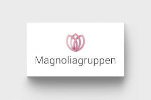 Magnoliagruppens logotyp, visualiserat på ett visitkort.