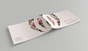 """Fram- och baksida av Magnoliagruppens broschyr. Ett magnoliaträd pryder ryggen och företagets slogan """"Ett personligare avsked"""" står på framsidan."""