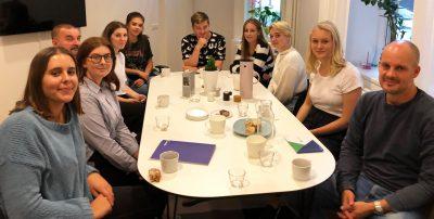 GDK-studenter runt ett bord
