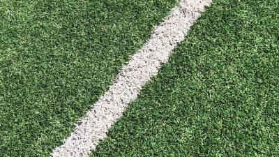 Närbild på en fotbollsplans gräsmatta