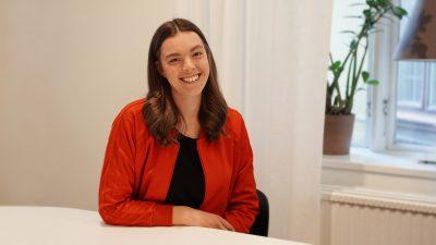Vår projektledare Johanna Hyberts ler mot kameran
