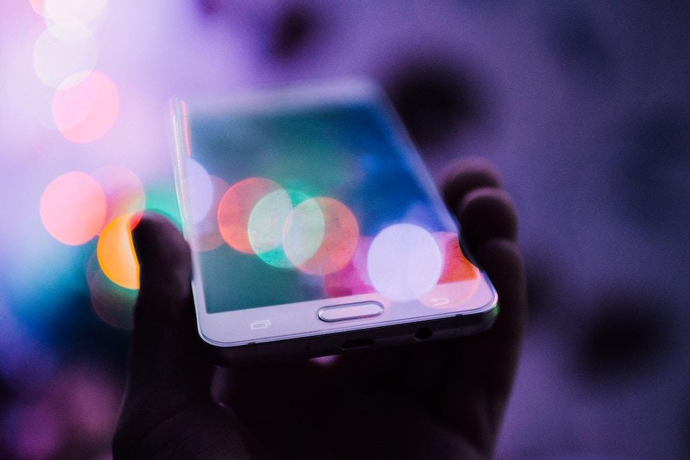 En mobiltelefon i handen