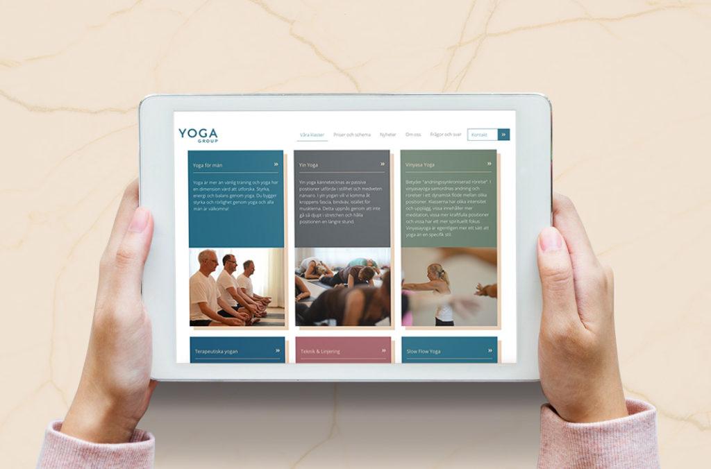 Olika klasser på Yoga Groups hemsida, visat på en iPad skärm